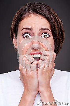 Mujer dada una sacudida eléctrica y de griterío