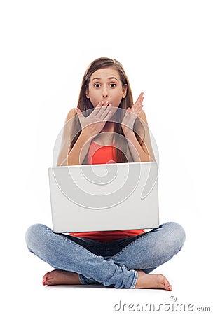 Mujer dada una sacudida eléctrica con la computadora portátil