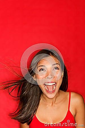 Mujer de griterío sorprendida que mira para arriba