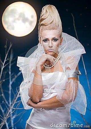 Mujer de la belleza bajo la luna