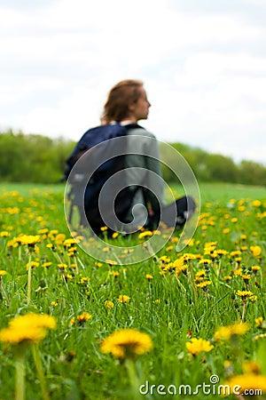 Mujer de las hojas de ruta (traveler) con un morral