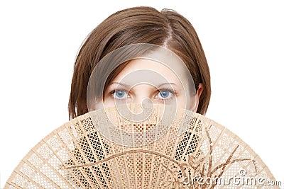 Mujer de los ojos azules con el ventilador