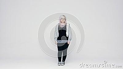 Mujer de moda con perforaciones almacen de metraje de vídeo
