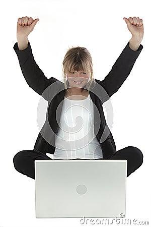 Mujer de negocios acertada con la computadora portátil