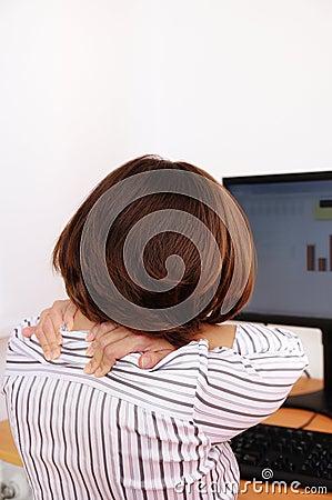 Mujer de negocios con dolor de cuello