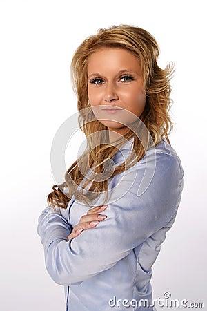 Mujer de negocios con los brazos cruzados
