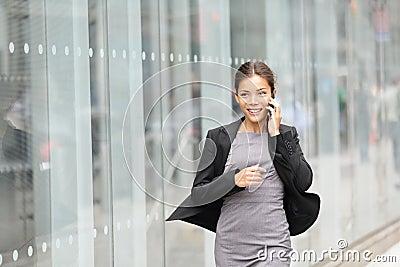 Mujer de negocios en el movimiento