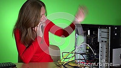 Mujer de negocios frustrada que llama servicio de soporte informático metrajes