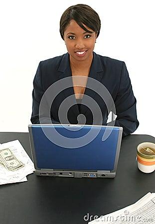 Mujer de negocios hermosa con las cuentas y taza de té