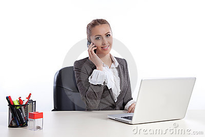 Mujer de negocios joven en la oficina que llama por el telephon