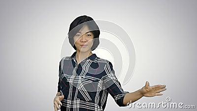Mujer de negocios joven hermosa que celebra el éxito, baile, mirando la cámara en el fondo blanco almacen de video