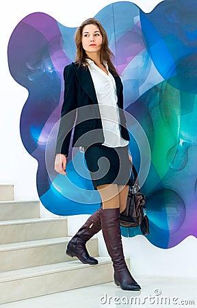 Mujer de negocios joven que viene abajo las escaleras