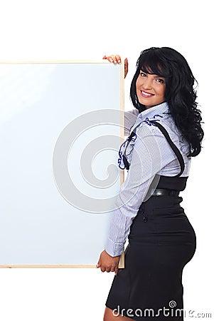 Mujer de negocios linda con la bandera en blanco