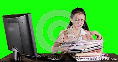 Mujer de negocios preocupante que busca el documento almacen de metraje de vídeo