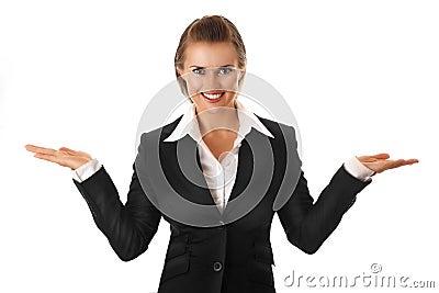 Mujer de negocios que presenta algo en las manos vacías