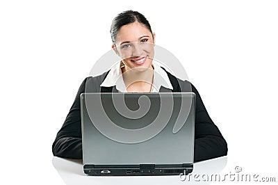 Mujer de negocios que pulsa en la computadora portátil