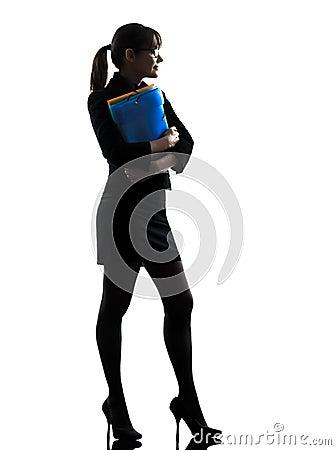 Mujer de negocios que sostiene los ficheros de las carpetas que colocan la silueta