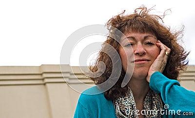 Mujer de negocios soplada viento