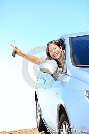 Mujer del coche que muestra claves