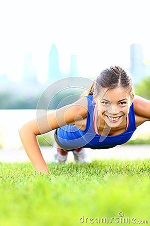 Mujer del ejercicio - entrenamiento de los pectorales