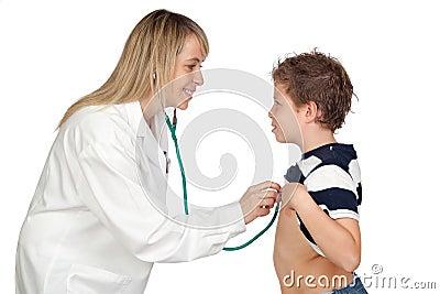 Mujer del pediatra que hace un chequeo para el niño
