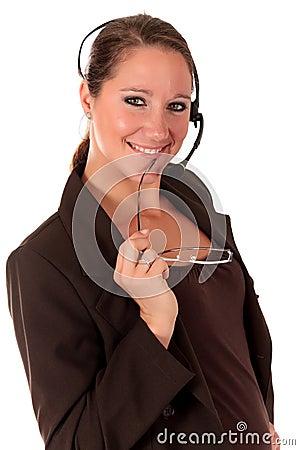 Mujer del puesto de informaciones que comunica