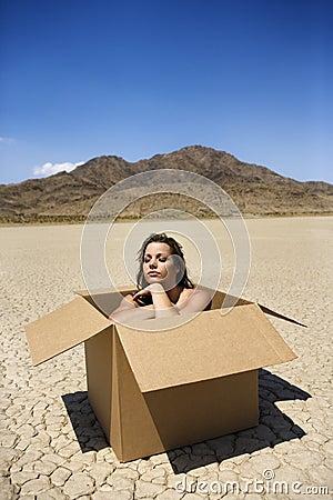Mujer desnuda en desierto.