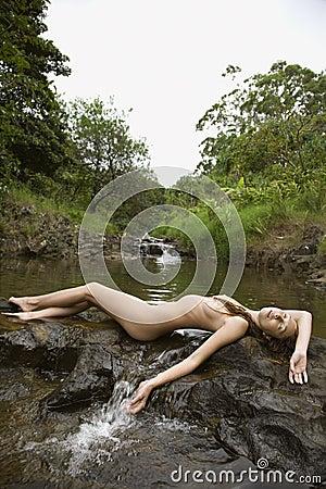 Mujer desnuda en secuencia.