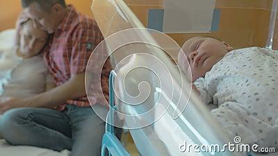 Mujer después de dar mentiras del nacimiento en una choza médica almacen de metraje de vídeo