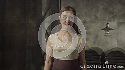 Mujer elegante tímida que cabecea su cabeza con el acuerdo almacen de video