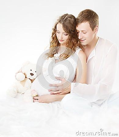 El esposo mira a la esposa quedar embarazada