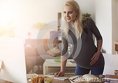 Mujer embarazada que trabaja en casa foto de archivo imagen 73360923 - Trabaja en casa ...