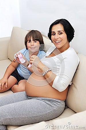 Mujer embarazada y su hijo joven