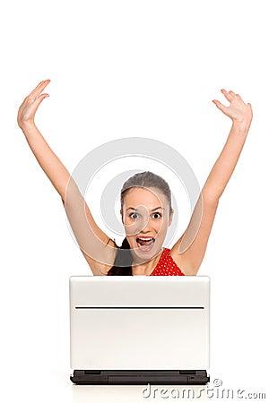 Mujer emocionada con la computadora portátil