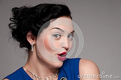 Mujer emocional del encanto con los labios rojos. Voga