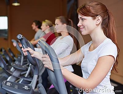 Mujer en crosstrainer en aptitud