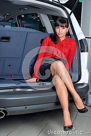 Mujer en el compartimiento de equipaje