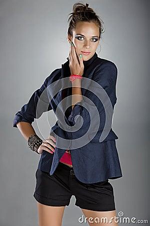 Mujer en la chaqueta de lino y cortocircuitos de la marina
