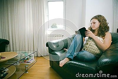 Mujer en la lectura de la silla