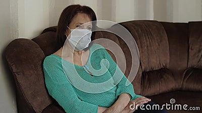 Mujer en la mascarilla en cuarentena metrajes