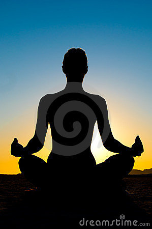 Mujer en la posición de loto de la yoga