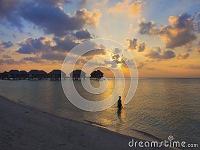 Mujer en la puesta del sol