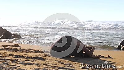 Mujer en prácticas de tracksuit yoga posada en curva hacia adelante almacen de video