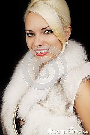 Mujer en un chaleco de la piel