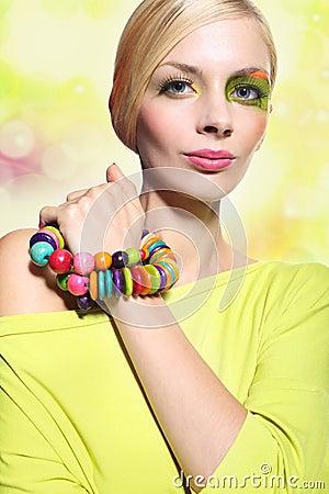 Mujer en un maquillaje colorido