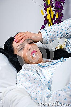 Mujer enferma con gripe y fiebre