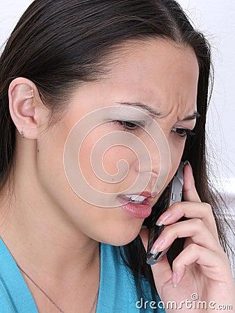 Mujer enojada en el teléfono celular