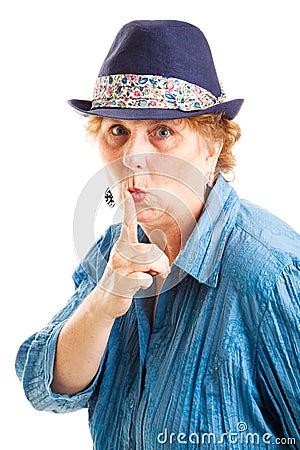 Mujer envejecida centro con secreto