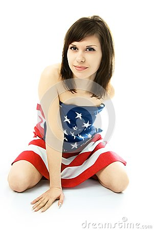 Mujer envuelta en la bandera americana en el piso