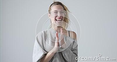 Mujer exaltada saltando y aplaudiendo manos metrajes